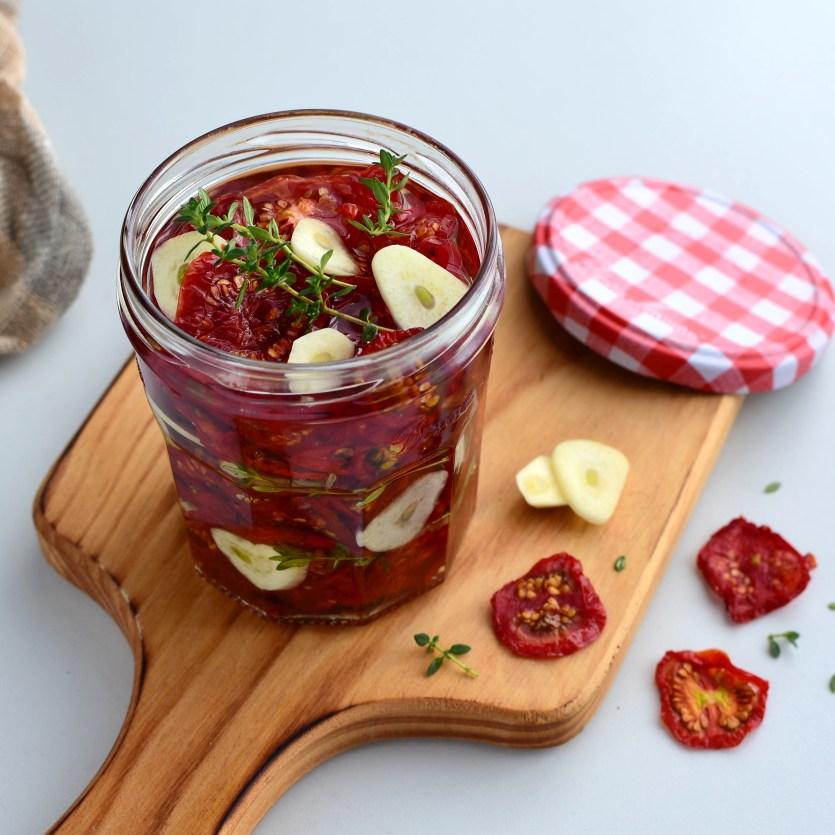 sušená rajčata naložená v oleji s česnekem